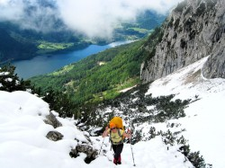 Rike im Aufstieg zum unteren Eingang der Almberg-Eis- und Tropfsteinhöhle