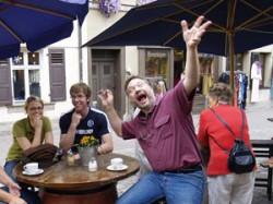 Bernd freut sich für das Brautpaar.