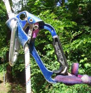 Ein Karabiner hält das Seil bei Schrägstellung in der richtigen Position. Hier nur beispielhaft mit einer älteren Handsteigklemme.