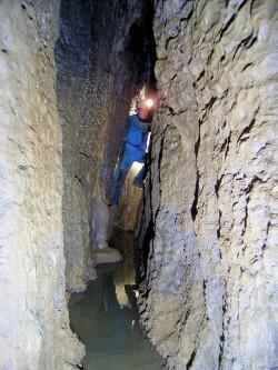 Höhle ohne Namen (Stein am Wasser) (Foto: T. Schneider)